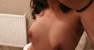 Photo de mes seins dans la salle de bain